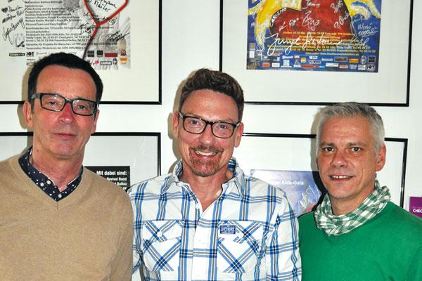 Neben Erik Tenberken ist der Geschäftsführer der Aidshilfe Köln Michael Schumacher (l) Olaf Lonczewski (r) Leiter der Verwaltung der Aidshilfe Köln zu sehen. (Bild und Text: js)