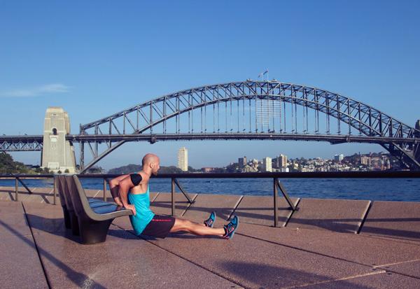 Dips vor der Harbour Bridge in Sydney